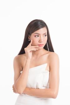 Retrato muito asiático mulher com cabelo longo e reto em branco