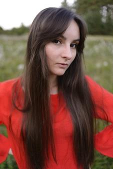 Retrato muito jovem em roupas vermelhas