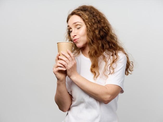 Retrato, mulher, adulto, bebendo, café, copo