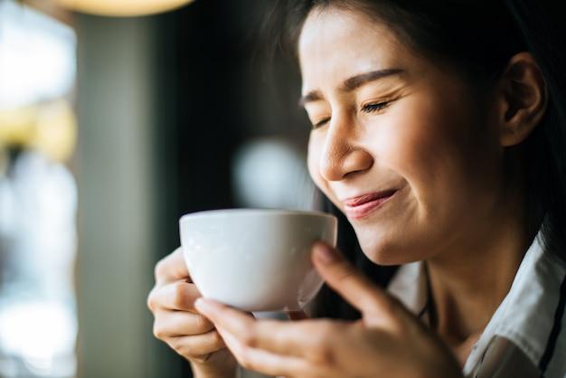 Retrato, mulher asian, sorrindo, relaxe, em, café loja, café