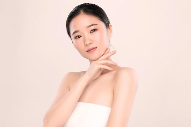 Retrato mulher asiática nova bonita limpa conceito de pele nua fresca. menina asiática beleza rosto skincare e bem-estar de saúde, tratamento facial, pele perfeita, maquiagem natural,