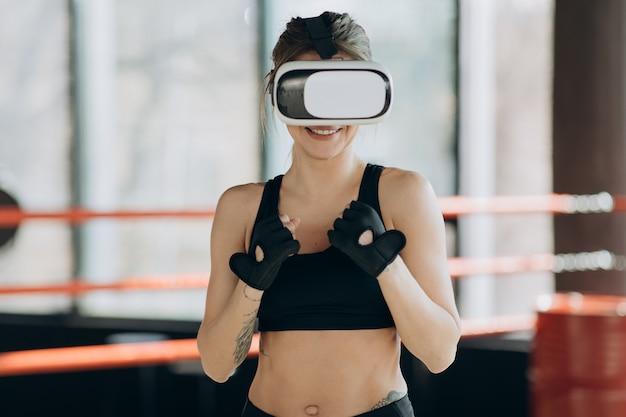 Retrato mulher atraente boxe no treinamento de fone de ouvido vr 360 para chutar em realidade virtual