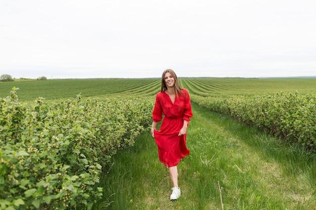 Retrato mulher bonita andando no campo