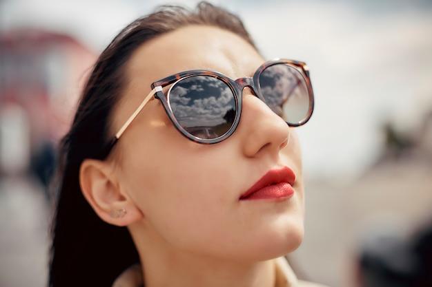 Retrato mulher bonita ao ar livre em óculos de sol em dia de verão