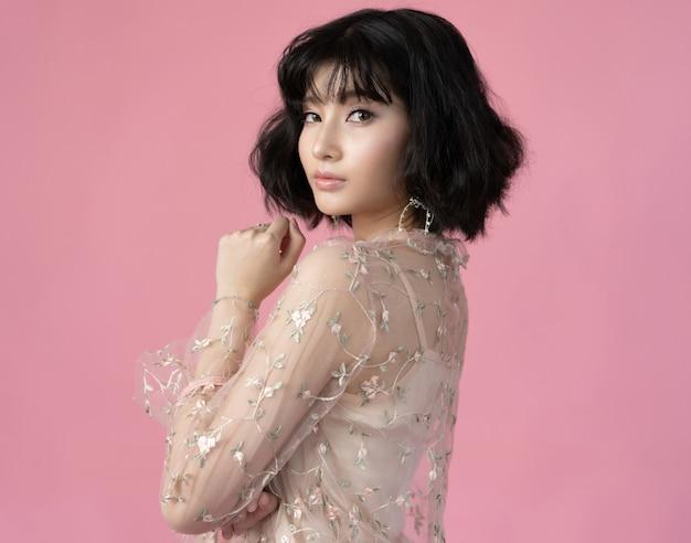 Retrato mulher bonita asiática com pele limpa