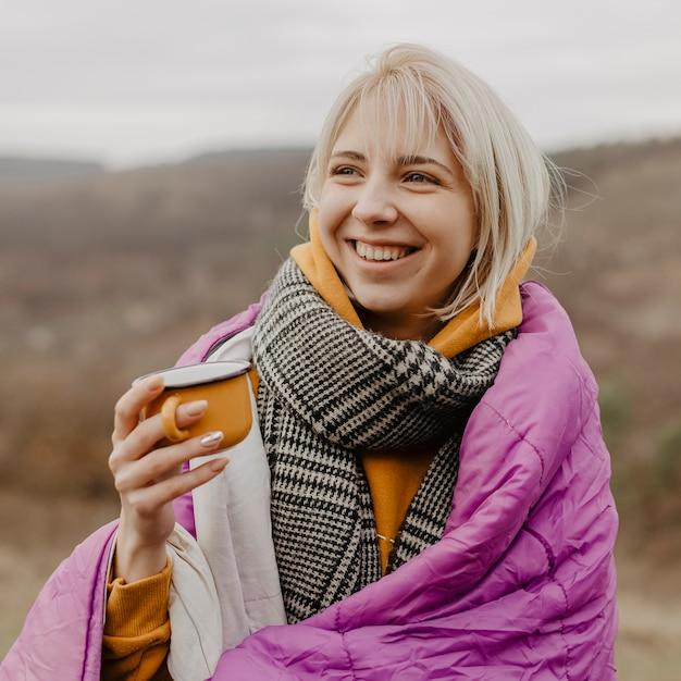 Retrato, mulher bonita, bebendo chá