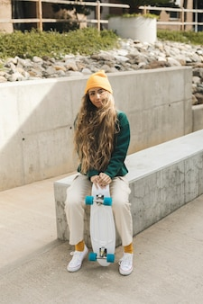 Retrato mulher bonita com skate ourdoor