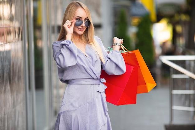 Retrato mulher bonita em compras