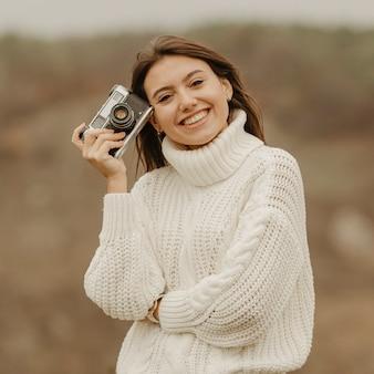 Retrato mulher bonita em viagem de inverno