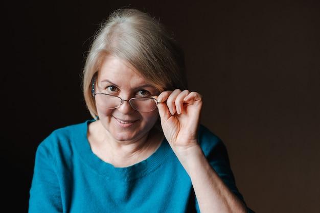 Retrato mulher bonita idosa aposentado óculos