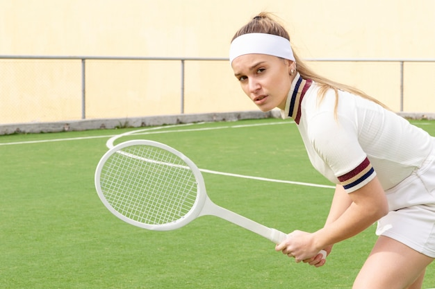 Retrato mulher bonita jogando tênis