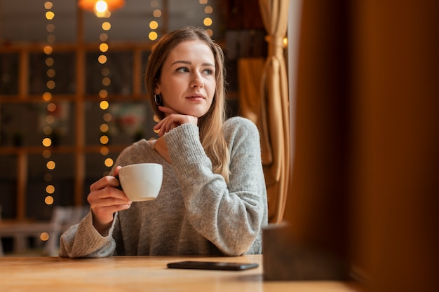 Retrato mulher bonita no restaurante