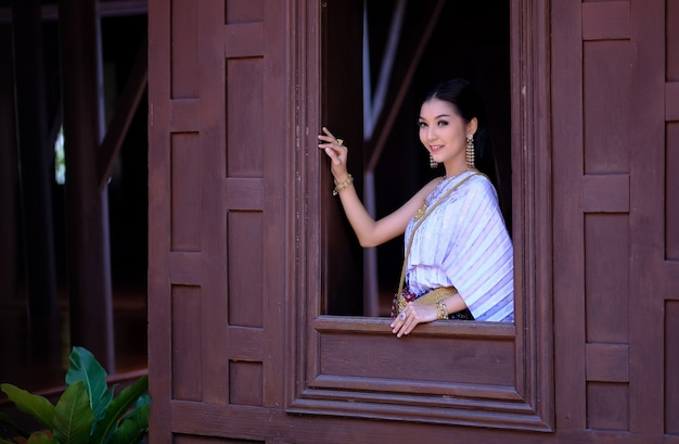 Retrato mulher bonita vestindo estilo vintage tradicional cultura tailandesa em pé por um vento Foto Premium