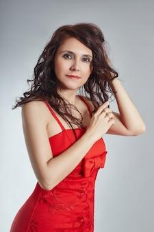 Retrato, mulher, com, cabelo longo, em, furtivo, vestido vermelho