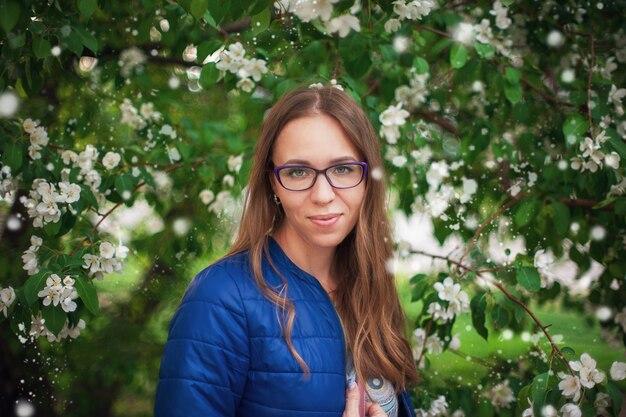 Retrato mulher, em, a, jardim, de, maçã