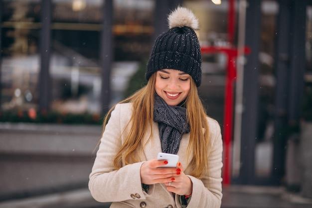Retrato, mulher, falando, telefone, rua