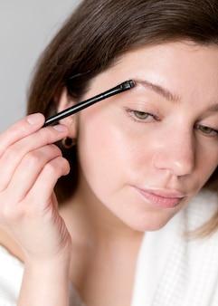 Retrato mulher fazendo as sobrancelhas