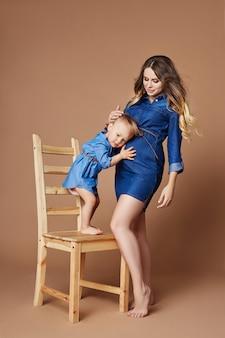 Retrato mulher grávida loira com criança pequena
