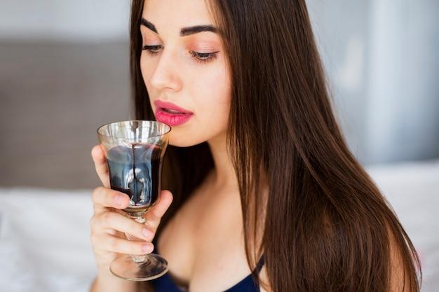 Retrato, mulher jovem, bebendo vinho