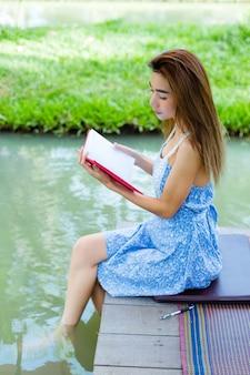 Retrato, mulher jovem, com, diário, parque