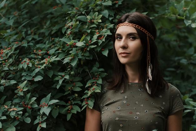 Retrato mulher jovem e bonita hippie