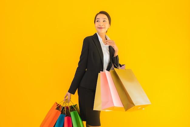Retrato mulher jovem e bonita negócios asiáticos com sacola de compras