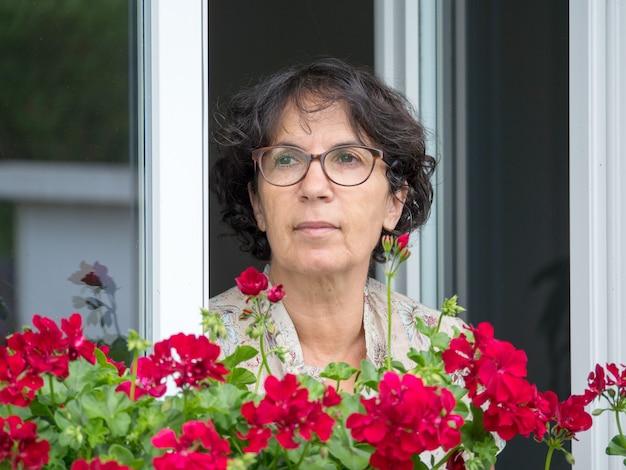 Retrato, mulher madura, com, flores