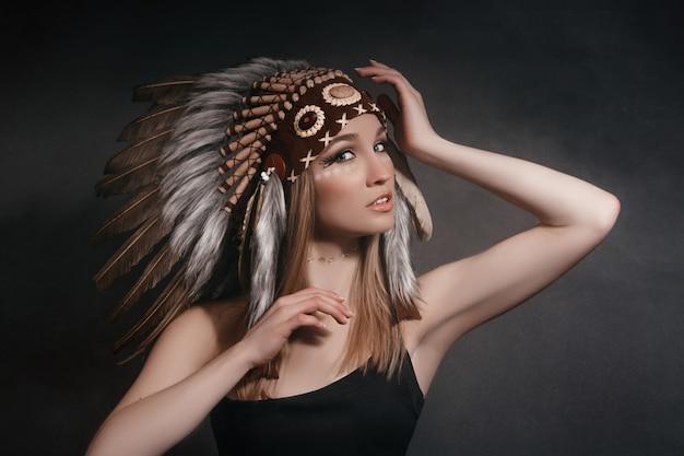 Retrato mulher perfeita em trajes de índios americanos