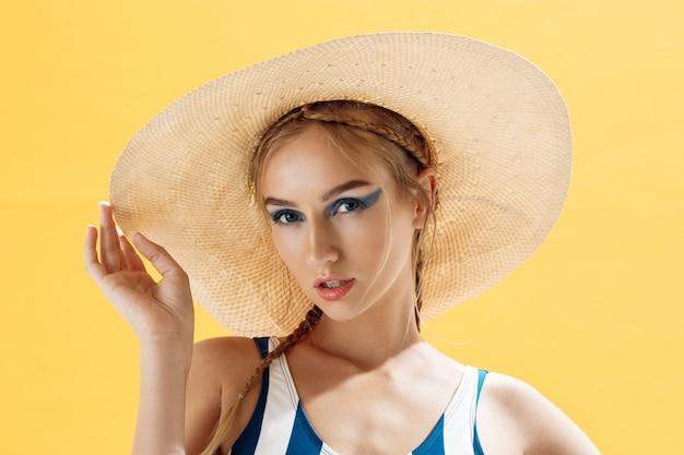 Retrato, mulher, praia, chapéu