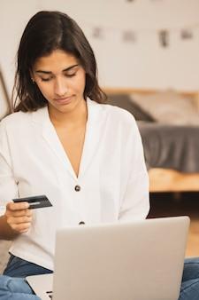 Retrato, mulher, segurando, cartão crédito