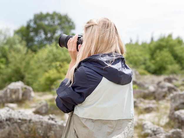 Retrato mulher tirando fotos de ruínas