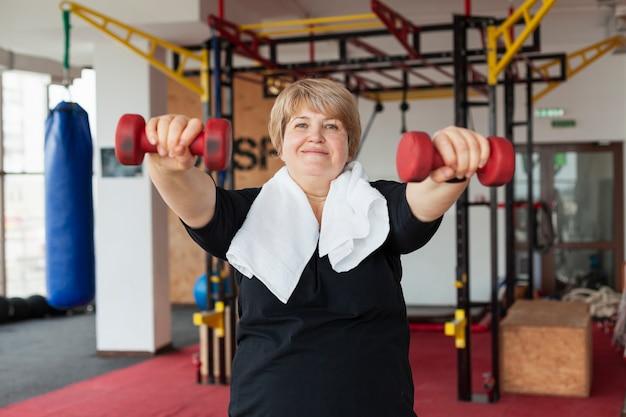 Retrato mulher treinando com pesos