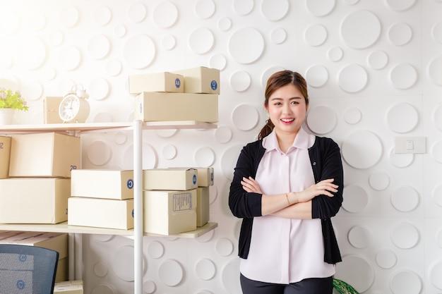 Retrato, mulheres jovens asiáticas, ficar, sorrizo, em, escritório lar, arranque, pequeno negócio, sme