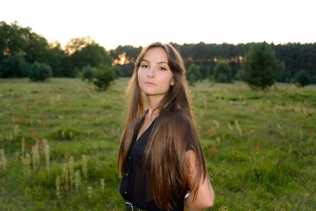 Retrato na natureza verde. moda feminina. prado primavera. moda mulher. natureza rural. temporada de verão.