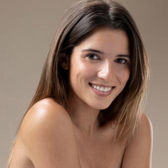 Retrato natural de mulher jovem e bonita