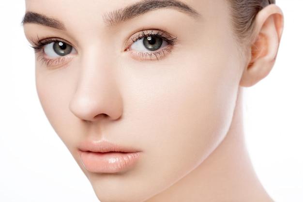 Retrato natural do cuidado de pele dos termas da composição bonita da menina da mulher no fundo branco