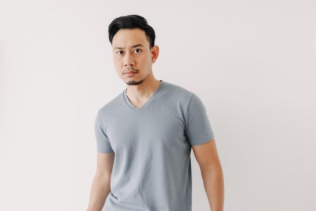 Retrato normal de um homem com uma camiseta azul, isolado no fundo branco