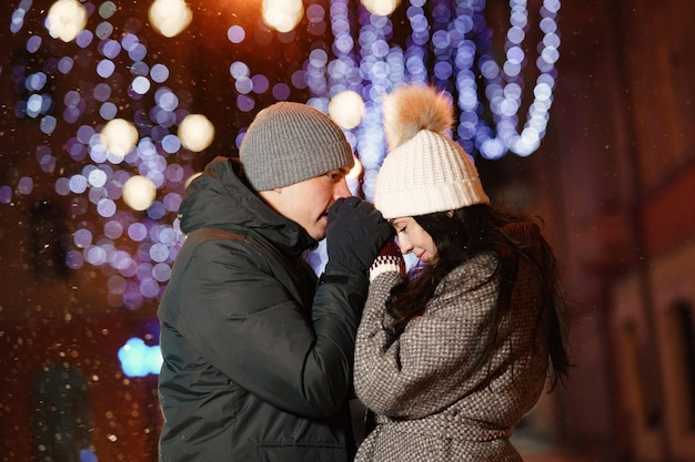 Retrato noturno ao ar livre de um jovem casal na rua