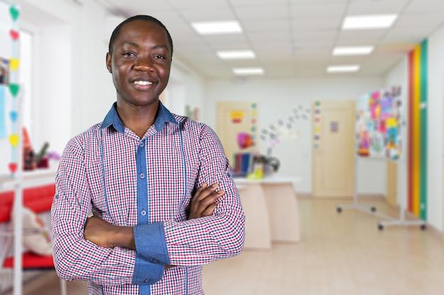 Retrato novo considerável do menino de faculdade. conceito de educação