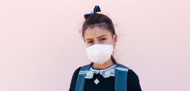 Retrato panorâmico de menina criança usando máscara médica