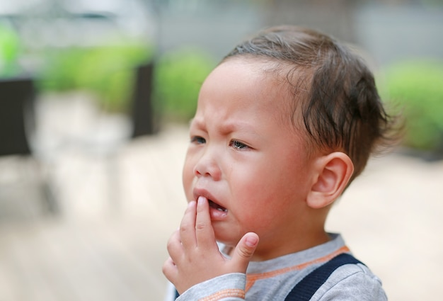 Retrato pequeno bebê asiático estava chorando com lágrimas no rosto.