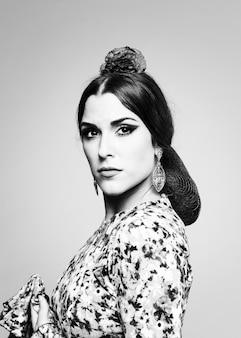 Retrato preto e branco da linda mulher