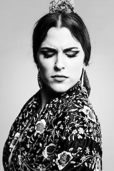 Retrato preto e branco de mulher encantadora