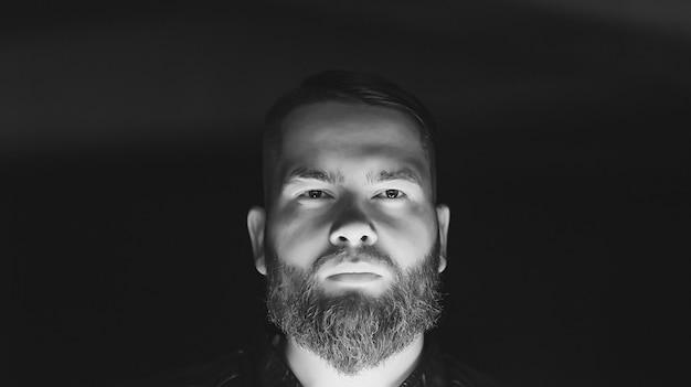 Retrato preto e branco do jovem sério