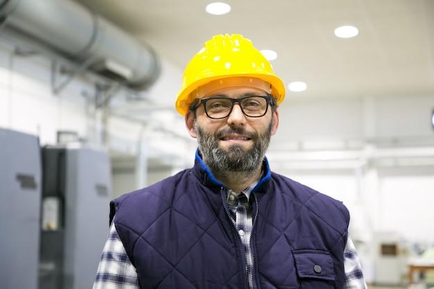 Retrato profissional de trabalhador industrial sorridente positivo