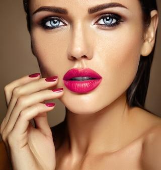 Retrato quente de glamour sensual da senhora modelo linda mulher com maquiagem diária fresca com lábios cor de rosa e rosto de pele saudável limpa