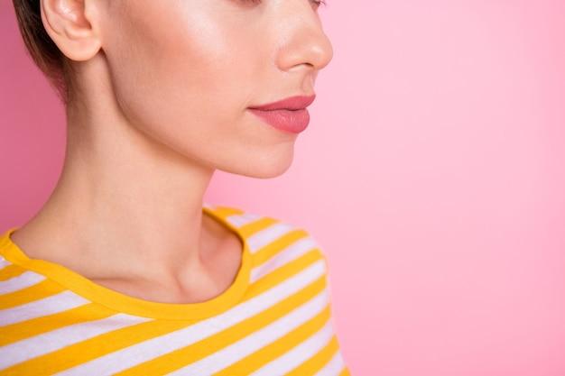 Retrato recortado de uma garota atraente lábios perfeitos forma forma contorno de linha