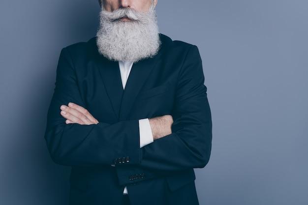 Retrato recortado em close-up de seu ele bom conteúdo atraente calmo homem de cabelos grisalhos vestindo smoking professor cruzado os braços isolados sobre fundo cinza violeta roxo
