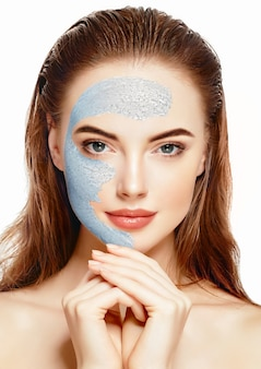 Retrato saudável do conceito da beleza da meia-face da máscara do spa da mulher. tiro do estúdio.