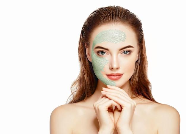 Retrato saudável do conceito da beleza da meia-face da máscara do spa da mulher.